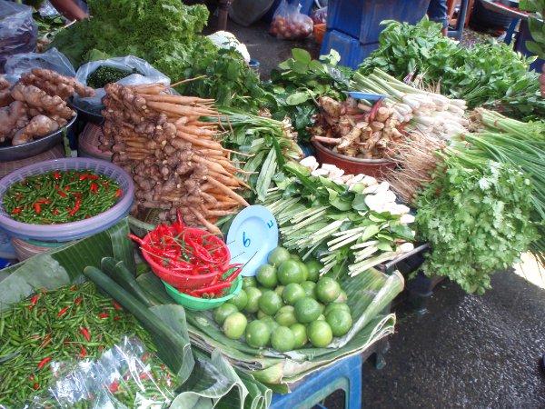 Chiliä ja muita mausteita ja yrttejä bangkokilaisella torilla.