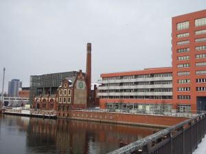 Näiden rakennusten vieressä ja myös vastapäätä oli tyhjä ja rapistunut vastaava rakennus.