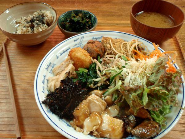 Annos aivan mahtavan kiotolaisen kasvisravintolan buffetista.