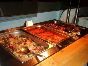 Lämpimissä ruoissa papuja lihojen keskellä.