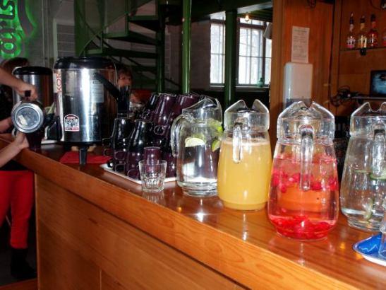Mehut, kahvit ja vedet olivat baarin puolella, kuten myös tee.