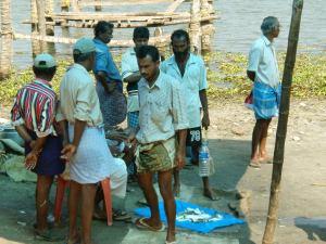 Miehiä lyhyissä dhoteissaan Keralan Kochissa.