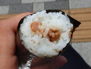 Nattoa, eli mädätettyä soijapapua sushikäärössä.