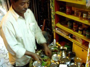 Ylevä paan-wallah tekee paania keskellä Mumbain katuvilinää.