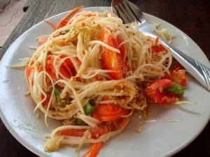 Papaijasalaatti on ihanasti maustettu thaisalaatti, mutta yleensä siinä on aivan liikaa chiliä, ja syömisestä tulee vaikeaa.
