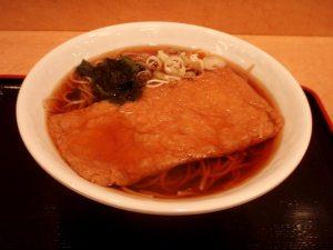 Annos ramen-ravintolassa. Päällä on tofusta tai soijasta tehtyä aburaagea tai yubaa.