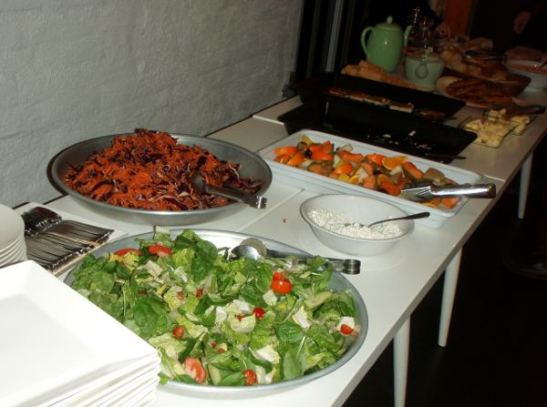 Salaatit ja hedelmät. Oli kiva, että kaalisalaatti oli maustettu hieman aasialaisittain.