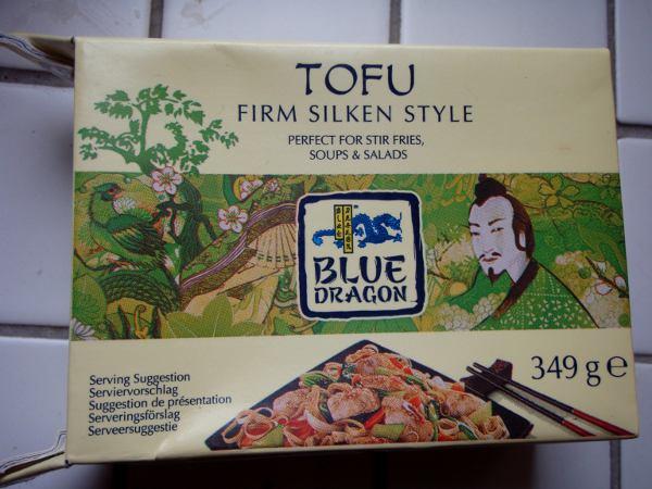 Tätä joissain K-kaupoissa myytävää mietoa Silken tofua vedän innokkaasti sellaisenaan suoraan pakkauksesta.