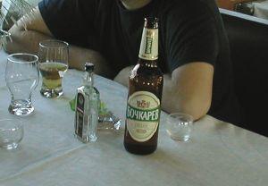 Joskus alkoholin nauttiminen on kohdallaan, kuten tässä Siperian junassa. Ravintola on koettava ja mitään sopivaa syömistä sieltä ei saanut, kuin vaatimattoman salaatin ja kaljaa ja viinaa.