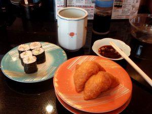 Tällainen japanilainen ruoka on suomalaisille tutuinta. Tässä maki-rullia ja inaria kaiten-ravintolassa, jossa edessä kulkee hihna, jolta voi poimia annoksia. Laskutus tapahtuu lopuksi lautaskeon mukaisesti.
