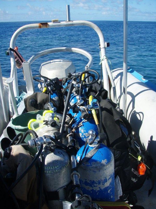 Sukellusvälineet kumiveneessämme Ha´apain Foa-saaren edustalla.