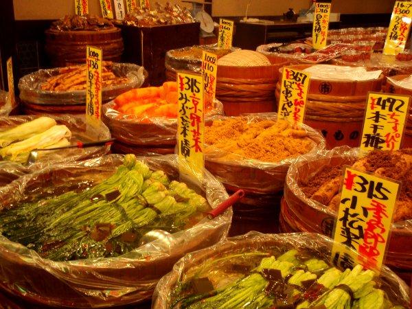 Säilöttyjä vihanneksia tynnyreittäin Kiotossa.