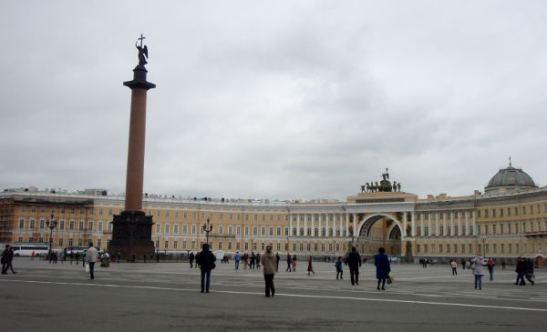 Eremitaasin edustalla sijaitseva Palatsiaukio. Pylväs on Aleksanterin kolonna ja puoliympyränä levittäytyvä massiivinen rakennus on Pääesikunta.