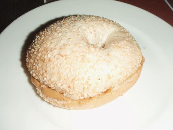 Välipalana söin maapähkinätahnalla täytetyn bagelin Brooklyn-nimisessä ravintolassa.