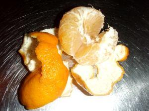 Kuorittu bergamontti näyttää mandariinilta, mutta lohkot ovat vaaleampia.