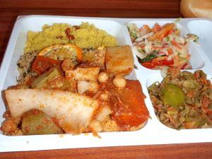 Kasvisannos Maailman sosiaalifoorumin ruokalassa. Vasemmalla kahta erilaista couscousia, bulguria ja kikherne-perunakastiketta. Oikealla salaattia ja linssisekoitusta.