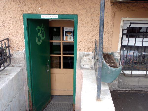 Otin kuvan Ligovskiy Prospektilla sijaitsevasta Gauranga-nimisestä kasvisravintolasta. Kuljin sen ohi, mutta paikkaa ei löytäisi, ellei olisi osoitetta. Happy Cow -sivuston esittely mukaan sieltä saa ayurvedistä intialaisruokaa. Osoite: Ligovskiy Prospekt 17.