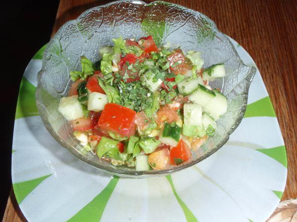 Cafe Botanikan Happy Vegan -salaatti oli yllättävän pieni ja yksinkertainen silppusalaatti.
