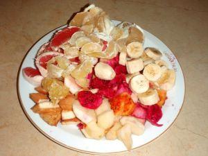 Oli kiva joka aamu tehdä iso hedelmälautanen. Tässä banaania, kaktusviikunaa,