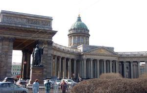Kazanin kirkko Nevskin varrella on iso ja varmasti hyvin hyödytön pilareineen, mutta tosi hieno.