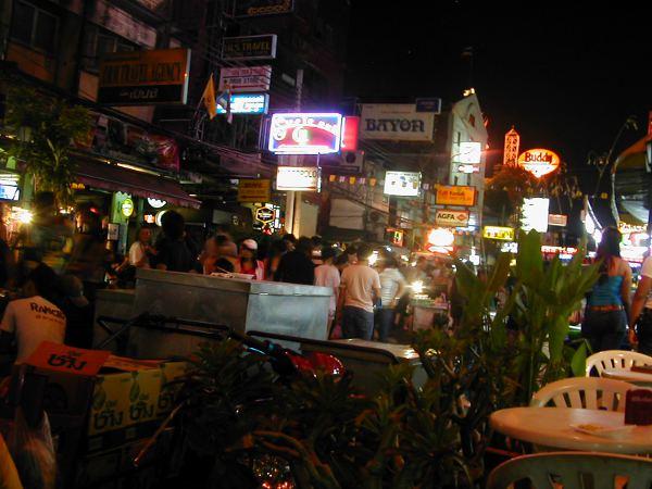 Elokuvassa sompailtiin Phuketin kaduilla. Tämä kuva taitaa olla kuitenkin Khao San Roadilta Bangkokista.