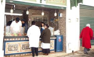 Tunisin medinassa tyypillinen puoti, josta saa nopeasti tilattuna täytettyjä leipiä.
