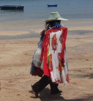 Taisi olla sarjan ensimmäinen jakso, jossa eräs hahmo menetti rannalla hermonsa kaupustelijoihin. Thaimaassa ne ovat kuitenkin aika hienovaraisia. Tämä Koh Tao Sairee Beachilla, jossa saa olla kyllä ihan rauhassa.
