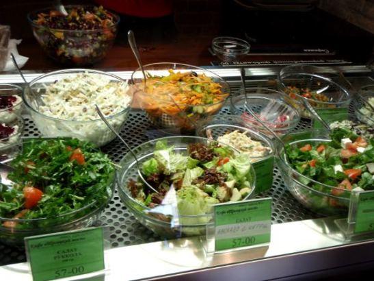 Troitskiy Mostin salaattitiski, jolta osoittelin haluamiani salaatteja, joita kuitenkin laitettiin lautaselle kovin vähän.