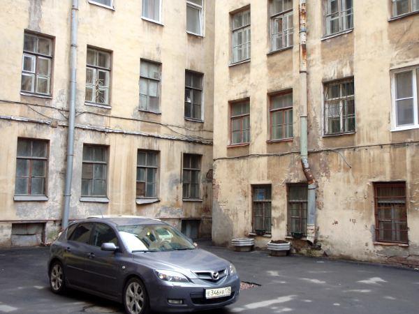Pietarin rakennusten julkisivut alkavat olemaan kunnostettuja, mutta sisäpihat voivat olla aika röttelöisiä.