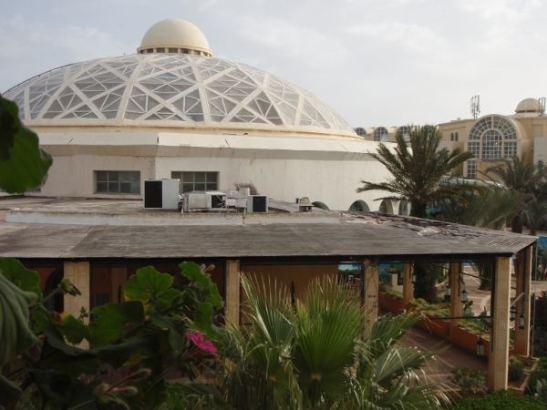 Les Charmilles -hotellin uimalarakennuksen kupoli.
