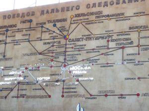 Matkaopaskirjoista on hyvä selvitä, miten junalla pääsee kulkemaan. Tässä junalinjakartta Pietarissa Ligovskyn asemalla.