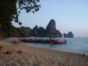 Sarjassa yksi porukka asui syrjäisellä rannalla olevassa rantabungalow-paikassa. Tämä kuva Krabista (Railay/Tonsai).