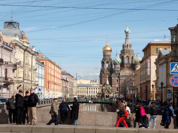 Näkymä Nevski Prospektilta koristeelliselle kirkolle, jonka nimi on Kirkko veren päällä tai lyhyemmin Verikirkko. Sen venäläinen nimi on vastaava.