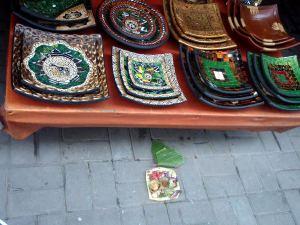 Indonesiassa ollaan muuten pääosin muslimeja, mutta Balilla ollaan hindulaisia. Siellä kauppojen edessä tuttu näky on erilaiset uhraukset tai pahoja henkiä karkottavat lahjat. En muista niiden merkitystä.