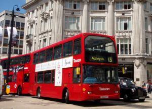 Lontoon busseista suurin osa vaikuttaa olevan kaksikerroksisia. Niistä avautuu turisteille hyvät näkymät ja etenkin huonolla säällä kannattaa körötellä niillä maisemia katsellen.