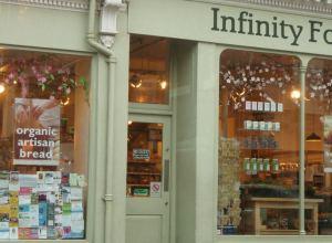 Infinity foodsin ruokakauppa, lisäksi heillä on kahvila.