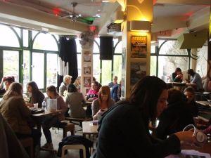 InSpiral Lounge sisältä, ikkunoista avautuu näkymä kanavalle ja sen toisella puolella oleville markkinoille.