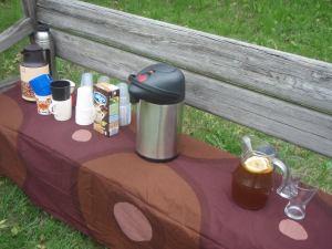 Teet, kahvit ja limonadi tarjoiltiin penkiltä.