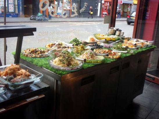 Thai-kiinalaiskasvisbuffan salaattipöytä.