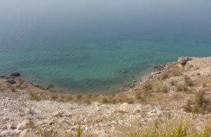 Turkoosia vettä Pagin saaren rannalla.