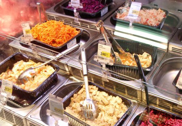 Prisman tiskillä myytiin korealaisia salaatteja myös irtotavarana ja saatavilla oli kahta eri tavoin maustettua lehtitofua.