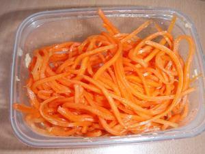 Korealaista porkkanasalaattia Sennyi rynokilta. Vaikka tämä näyttää vain porkkanalta, on se yksi parhaita näistä salaateista. En ole kyennyt maistelemalla selvittämään, mistä sen hyvä maku on peräisin.