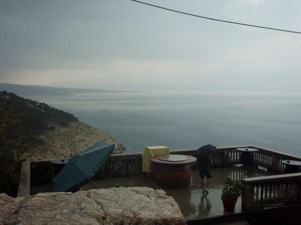 Krk:n saaren Vrbnikissä satoi, mutta maisemat olivat silti melkoiset tässä vanhassa ja sokkeloisessa kylässä.