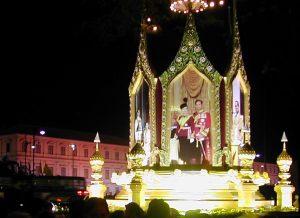 Yksi Thaimaan kummallisuuksista on kuninkaan palvonta. Hänen kuviaan on kaikkialla, myös Suomessa thairavintoloissa.