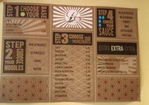 Tässä Loving Hutissa ei ollut perinteistä menua tai buffaa, vaan wokkiravintolamainen menu.