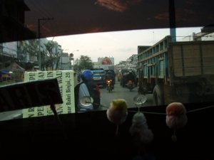 Taksin ikkunan läpi näin sumatralaisen suurkaupunki Medanin ja näky ei miellyttänyt silmääni.