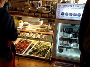 InSpiral Loungen vitriineissä salaattia ja kakkuja ja pakastinkaapissa jäätelöitä.