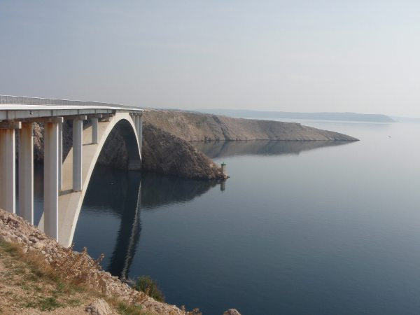 Silta, joka yhdistää Pagin saaren Kroatian mantereeseen.