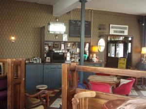 Englantilaiset pubit taitavat olla sisältä paitsi lämpimämpiä, niin myös viihtyisämpiä kuin kodit. Siksikin niissä varmasti hengataan.