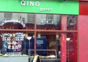 Qing on osa thaimaalais-kiinalaista kasvisravintolaketjua, tunnistin sen saman ketjun ravintolaksi samanlaisista ikkunatarroista kuin muissakin ravintoloissa.